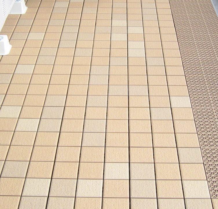 大阪市北区大淀南のエスリード新梅田マンションでバルコニータイル施工