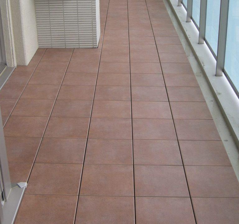 東京都杉並区のフラテ西荻窪でバルコニータイル施工